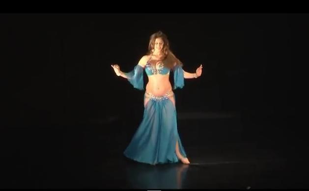 Когда эта танцовщица повернулась к зрителям, они ахнули!