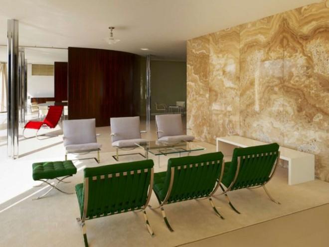 Интерьер гостиной с хрустальной люстрой