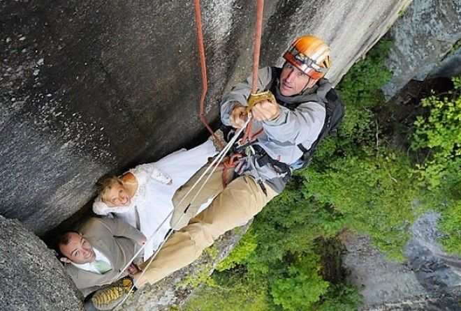 Более ста метров над землей, обрыв скалы, что может быть еще прекрасней в день свадьбы?