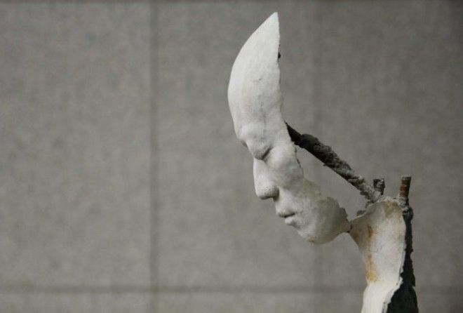 Свои скульптуры автор пояснил лишь небольшим текстом: «Будьте добры к себе».