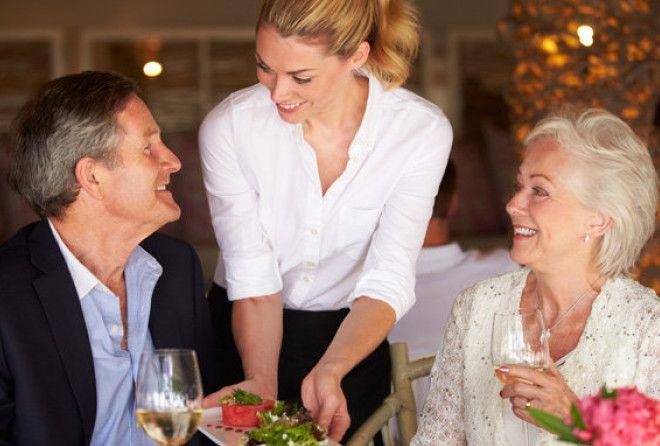 Манера обращения с официантами может многое рассказать о человеке